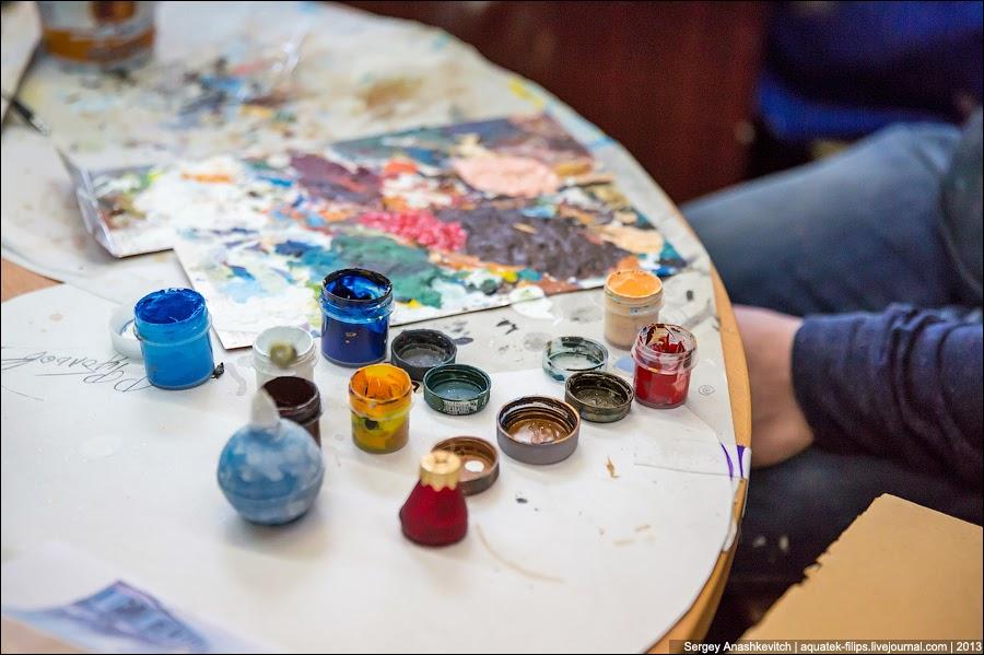 Разрисовывают игрушки акриловыми красками
