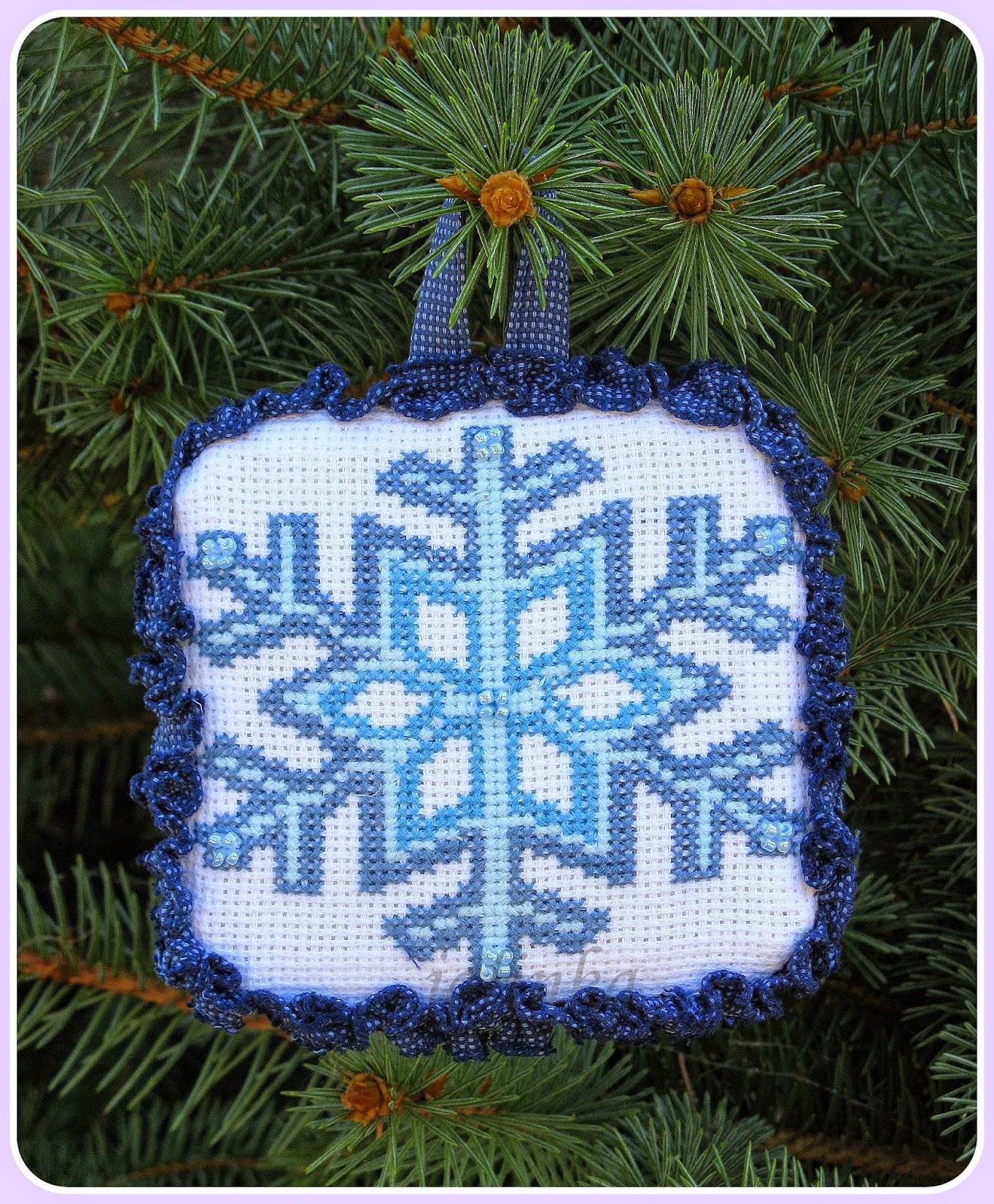 елочка, украшенная  игрушками  hand  made снежинка вышивка новый год