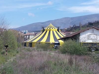 Carpa del circo sobre las vias