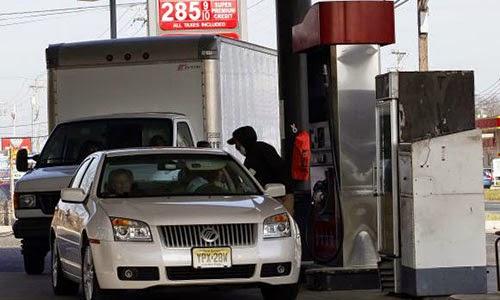Khi giá xăng giảm, người tiêu dùng Mỹ được hưởng lợi 160 triệu USD riêng trong tháng 11. Ảnh: Reuters