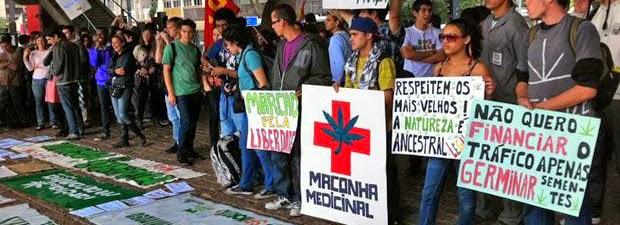 Marcha da maconha, tirado de http://www.portalaz.com.br/noticia/geral/222435_apos_liberacao_pelo_stf_marcha_da_maconha_reune_centenas_na_paulista.html, adaptado