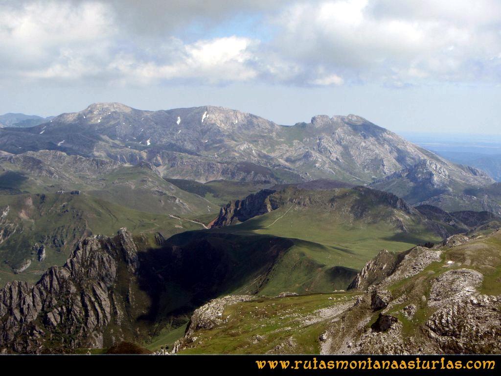 Ruta Tuiza Fariñentu Peña Chana: Desde el Prau del Albo, vista del Cirbanal