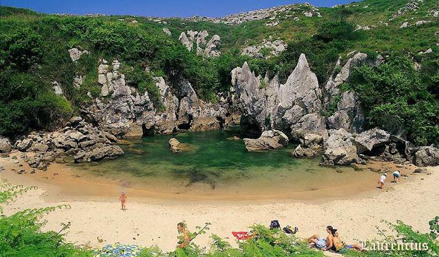 Foto-Pantai-Playa-de-Gulpiyuri_1