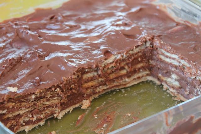 Tarta de galletas, natillas y chocolate sin lactosa de la abuela para cumpleaños
