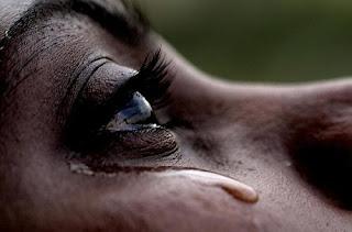 أضرار البكاء قبل النوم على صحتك !!