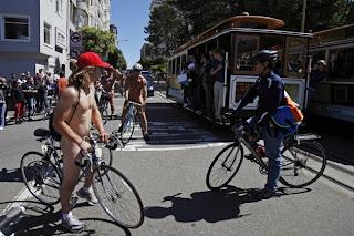 FOTO: Aksi Peringati Hari Bersepeda Dengan Bugil