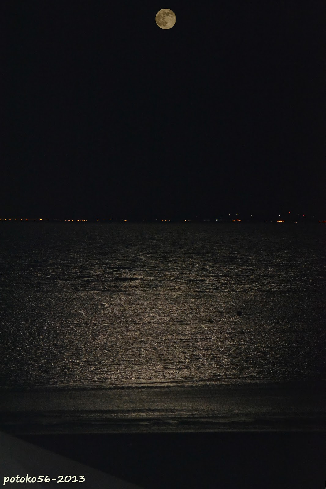 Luna llena y reflejo en el agua Rota
