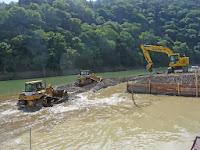 三台の重機で10日目、川作をしながら復旧を目指していた。