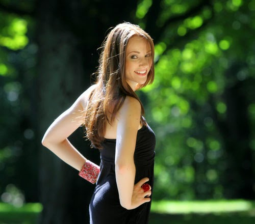 Anna Hofbauer sees as a brunette from