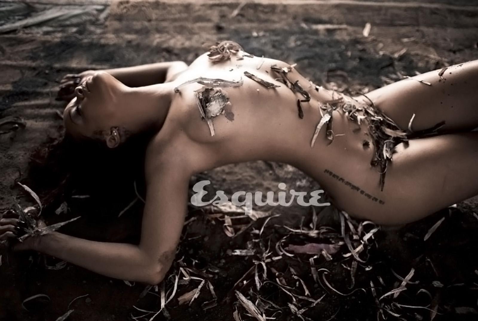 http://4.bp.blogspot.com/-0v7J9QJ8HUE/TpRVD2F3V8I/AAAAAAAACSc/dzH1MwXkBYI/s1600/Rihanna+nude+in+Esquire+November+2011+hot+naked+1.jpg