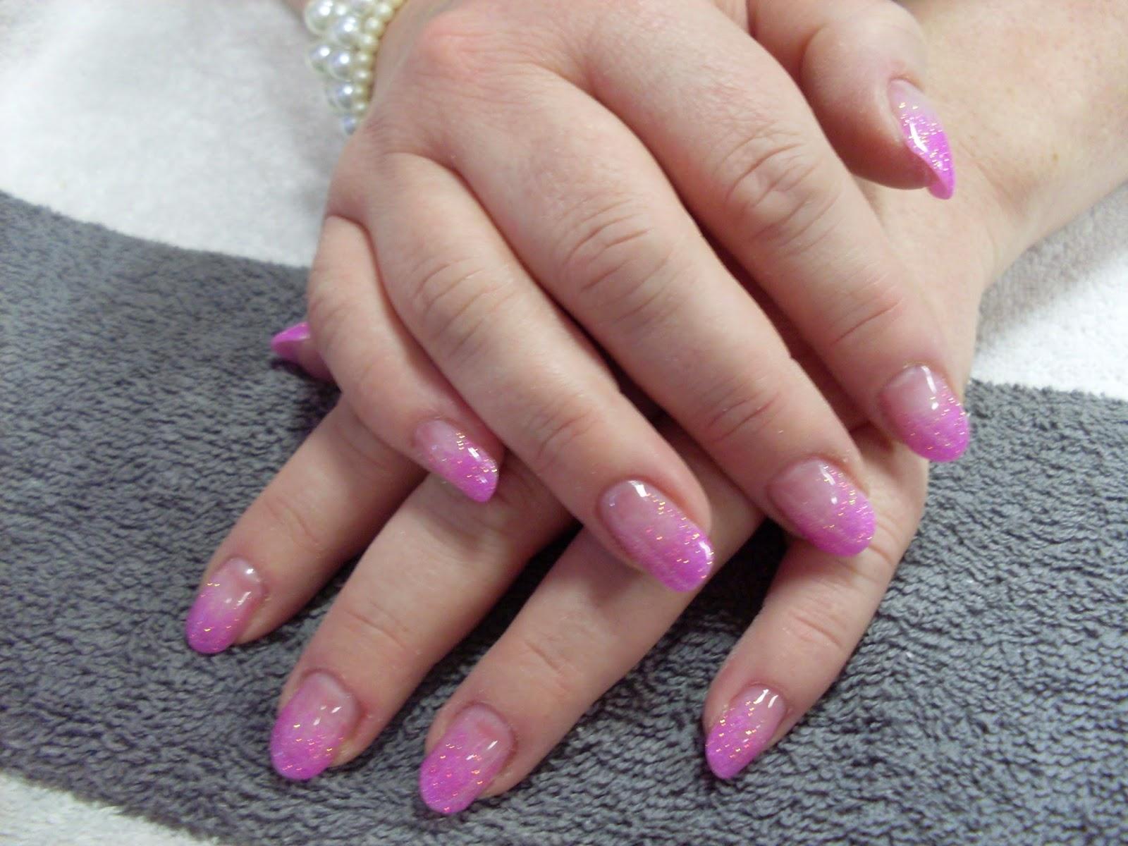 rosa glittriga naglar