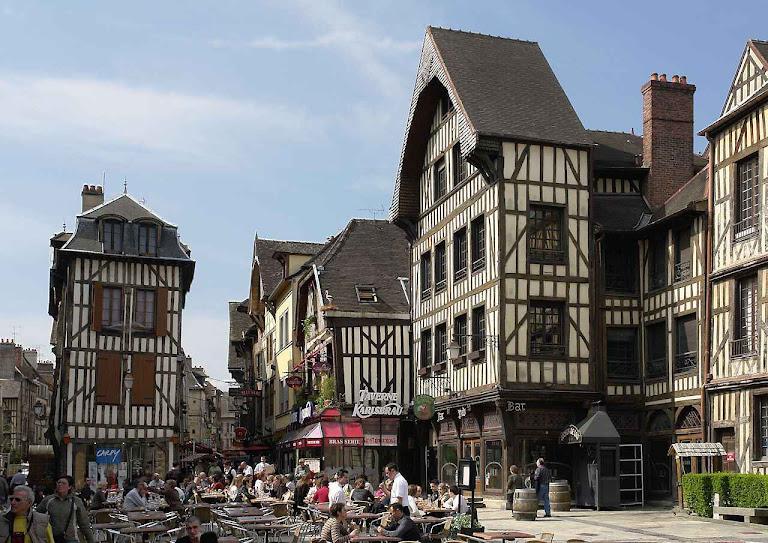 Casas populares em Troyes, região da Champagne, França. A dignidade, a compostura e a salubridade de casas, ruas e logradouros foram muito prezadas na Idade Média.