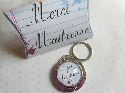 http://www.alittlemarket.com/porte-cles/fr_accroche_sac_porte_cles_cabochon_verre_super_maitresse_boite_cadeau_merci_maitresse_rouge_blanc_bleu_maitresse_-14888583.html
