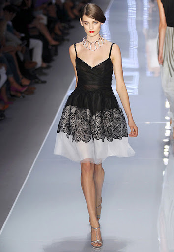 Коктейлна рокля в бяло и черно с тънки презрамки