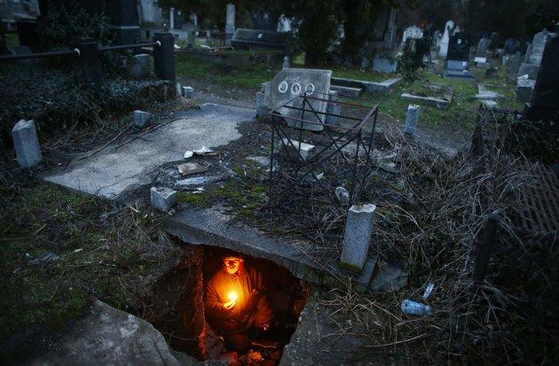 hombre vive 15 años viviendo en una tumba Bratislav Stojanovic vagabundo