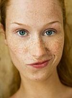 Веснушки на лице и челка