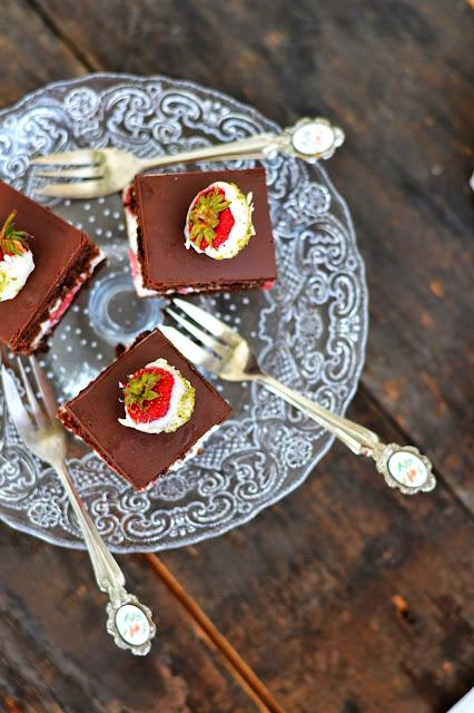prajitura cu ciocolata si capsuni