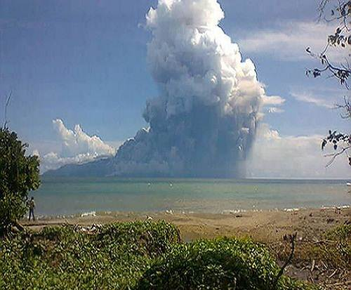 Rokatenda_Paluweh_volcano_eruption_2013_photo