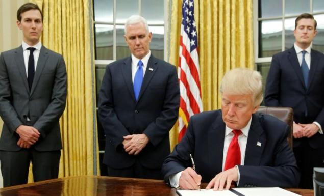 Ο Τραμπ χτίζει το τείχος στο Μεξικό και περιορίζει πρόσφυγες και μετανάστες