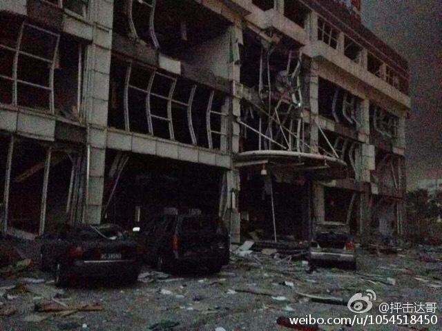 (上图)受天津市滨海新区爆炸波及的建筑物惨景(网络图片)