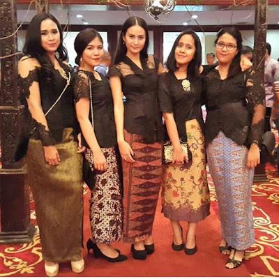 kebaya batik warna hitam dengan rok batik