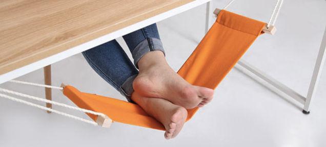 机の下にハンモックを置けば、足が楽になる。