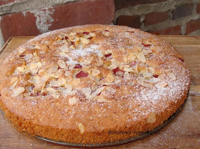 Ciasto migdałowe z czereśniami w rumie