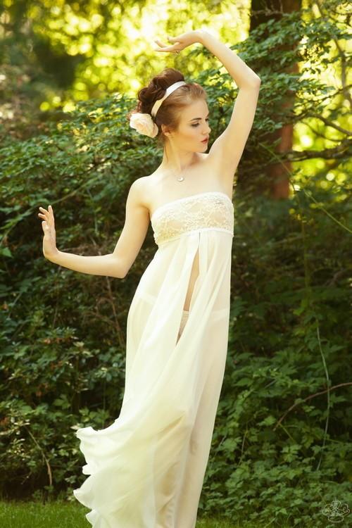 Salua lingerie now at faire frou frou frou frou for Lingerie for wedding dress