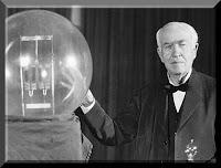 O inventor Thomas Edison ao lado de uma de suas primeiras lâmpadas