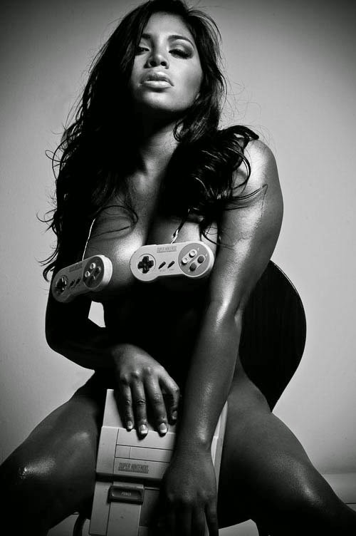 photo d'une Gameuse sexy nue avec un console nes