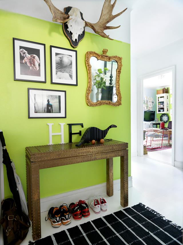 decorar un estudio con muebles vintage antiguos cuadros en pared-consola