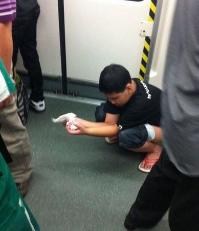 Trung Quốc: thiếu niên phóng uế ngay trên tàu điện