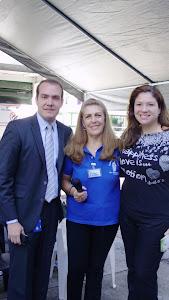 Loly Señaris Calviño, junto a unos colaboradores.