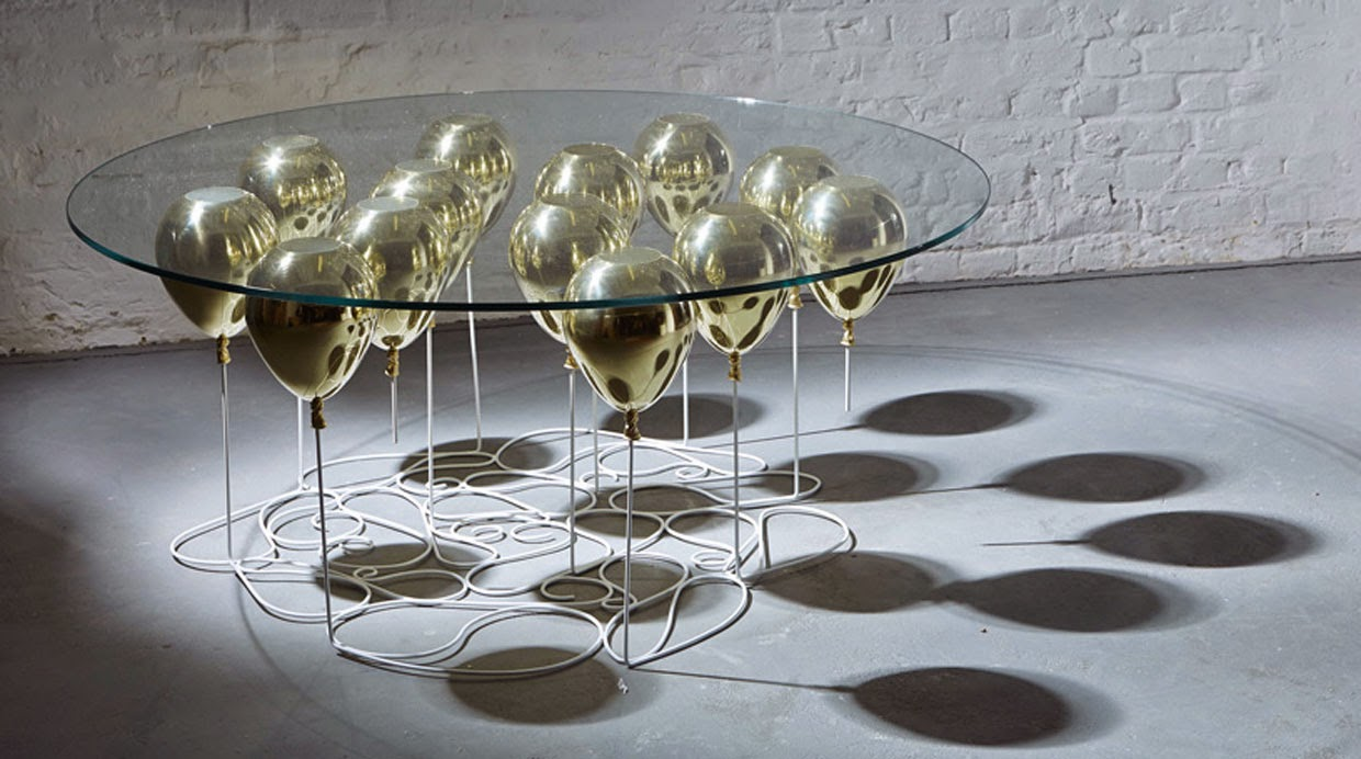 Up table, una mesa de comedor creada con globos