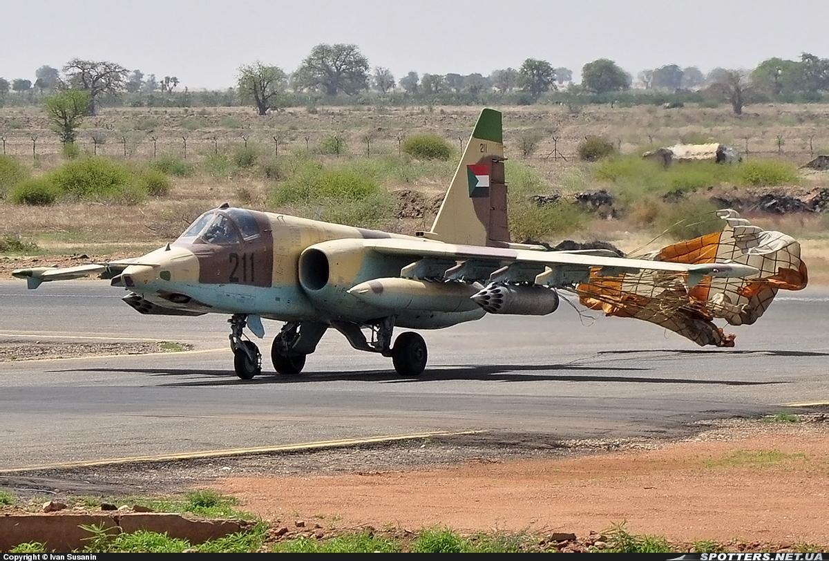 Soudan SUDAN+SU-25+211+RODANDO+PARACAIDAS+NYALA+25-06-2013
