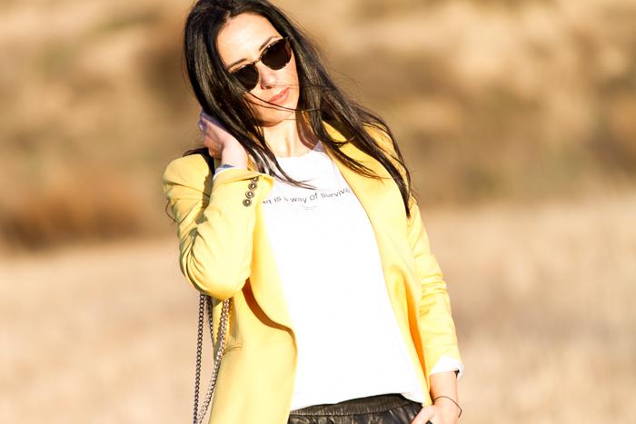 Blogger de moda valenciana con pantalones de cuero baggy de Mango