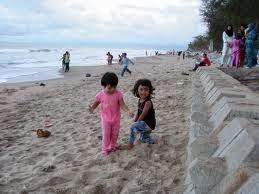 anak-anak bermain pasir