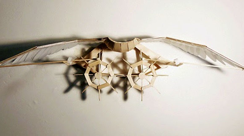Interactiva escultura cinética hecha de palos de paleta por Joyce Lin