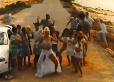 Carla Perez dança no meio das crianças em Cinderela Baiana