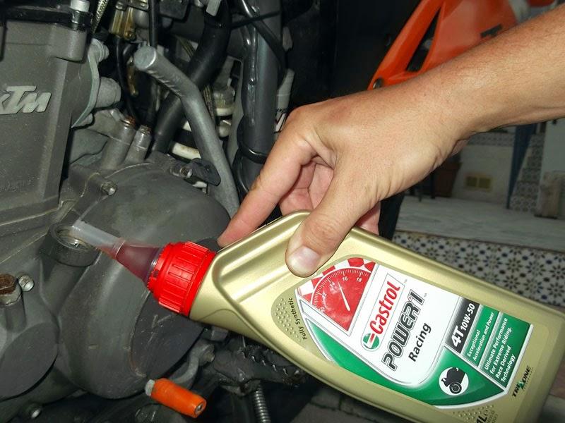 Rellenando aceite Castrol