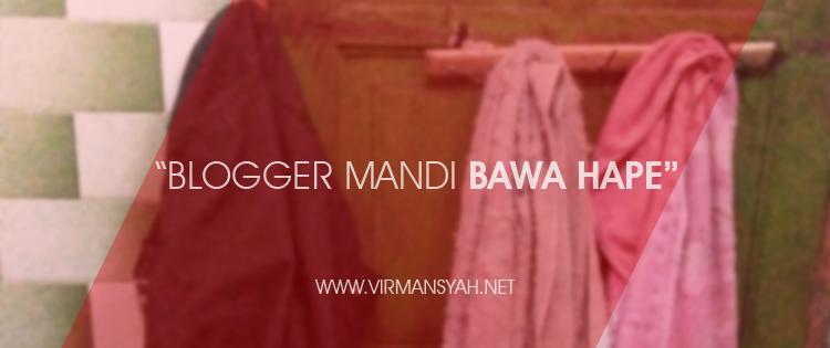 Blogger Mandi Bawa Hape