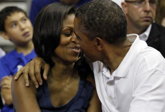 Barack Obama embrasse Michelle Obama