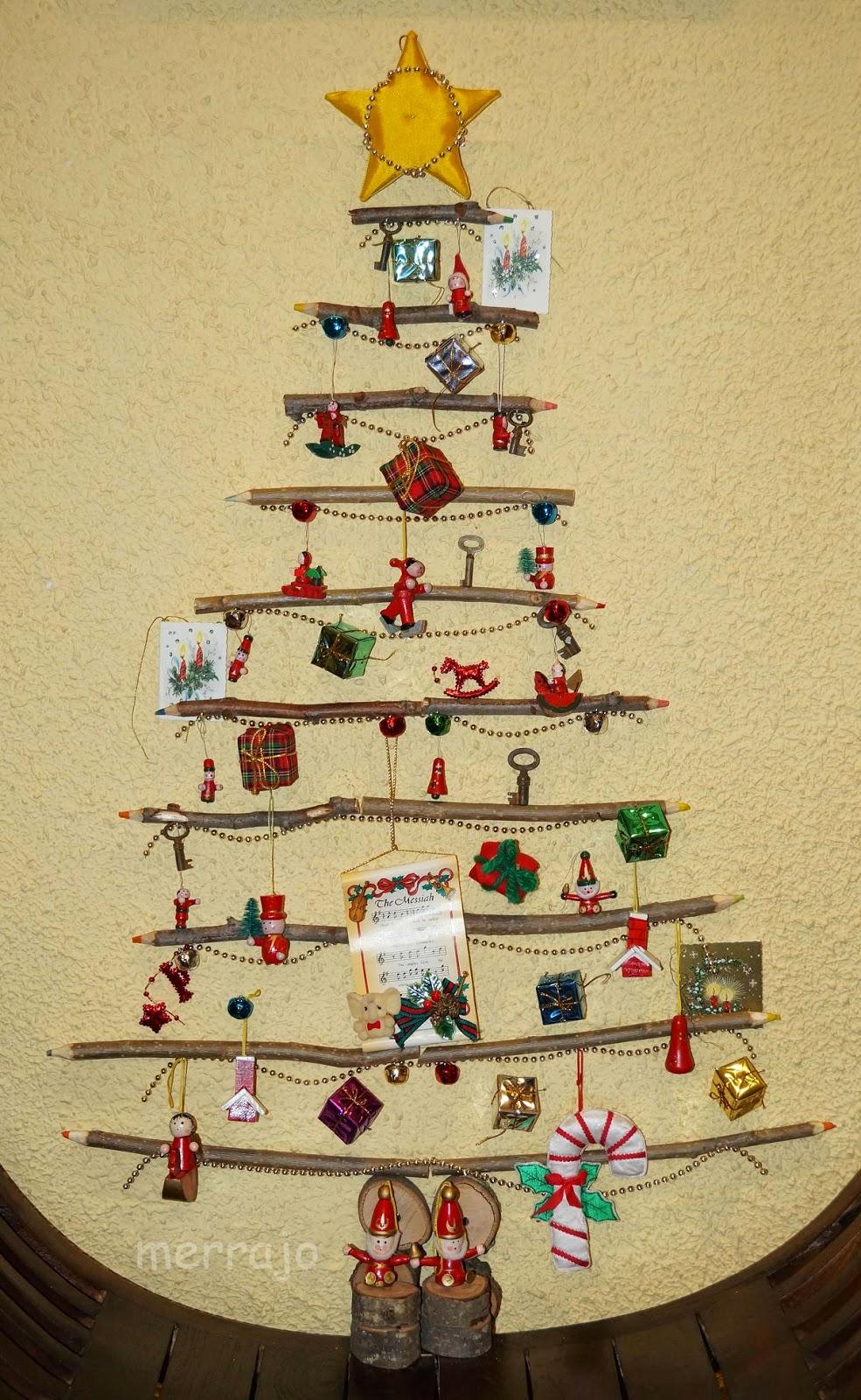 Manualidades merrajo yoli arbol de navidad con palos l piz - Arbol de navidad de pared ...