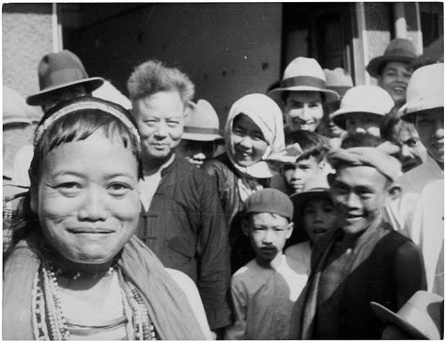Indochine Moï ; [ Groupe d'hommes, de femmes et d'enfants souriant et posant ]