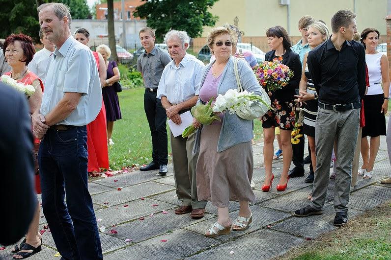 svečiai dovanoja gėles per vestuves