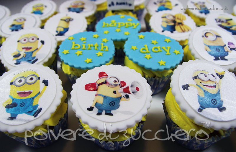 cupcakes decorati dei minion con frosting giallo e cialda