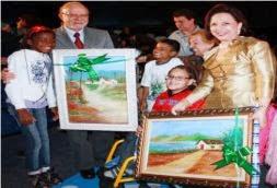 O Governador e a Secretária, Drª Linamara, recebem homenagem da finalista de Cubatão na entrega do Prêmio de Melhores Práticas Inclusivas