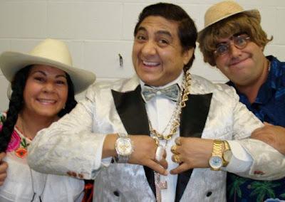 Huicho Domínguez feliz mostrando joyas y relojes