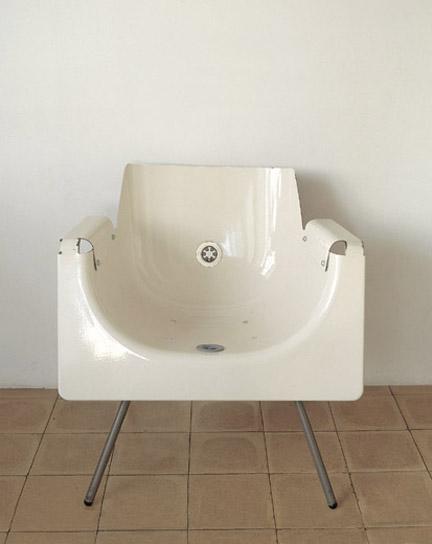 Cadeira feita de banheira velha