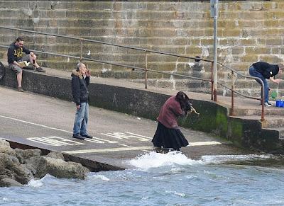 Perro maltratado lanzado al mar